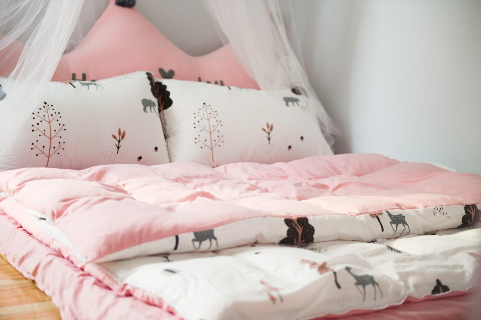 Jak wybrać kołdry i poduszki do pokoju dziecięcego?