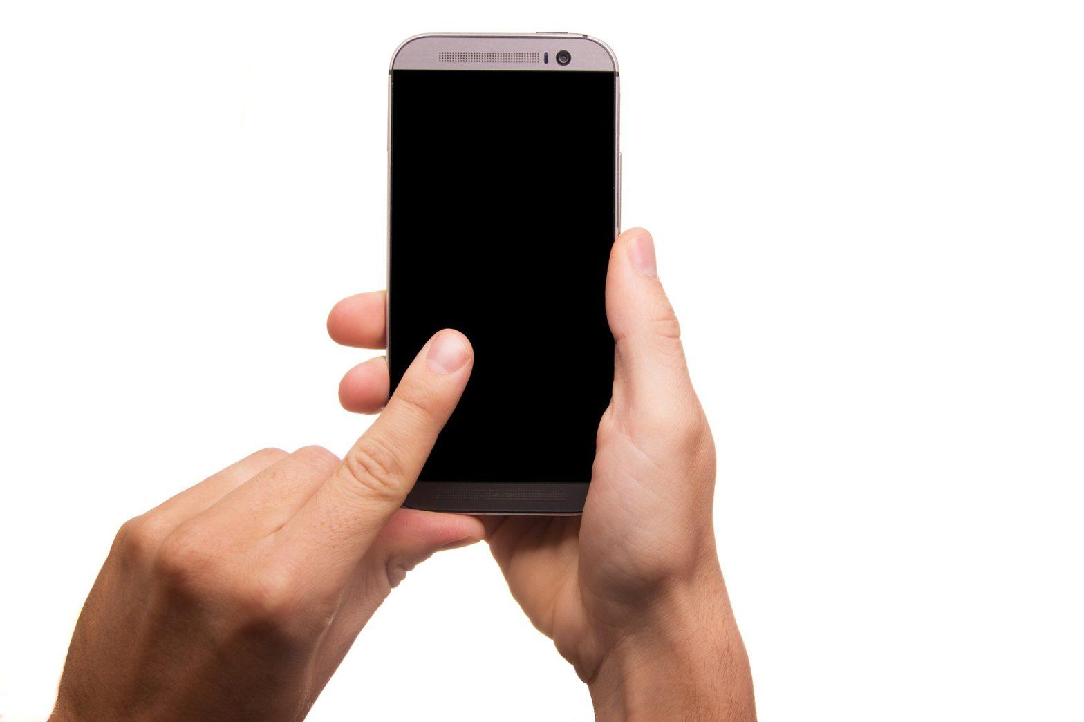 Kiedy przydaje się szkło hartowane na telefon i jak je wybrać?